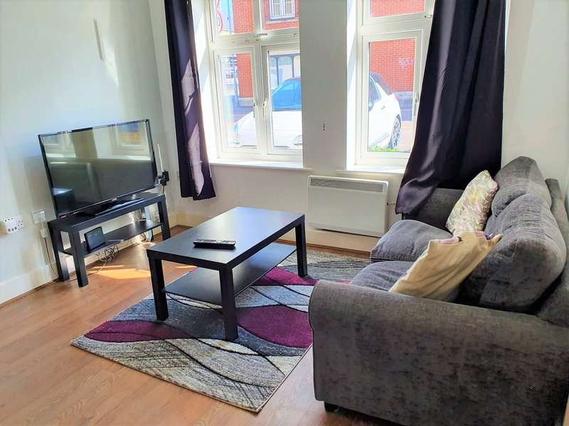 1 Bedroom Homely Apartment - Central Old Town, holiday rental in Swindon