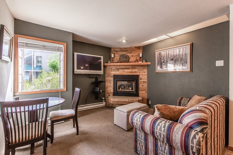 Dog-friendly ground floor condo w/ a gas fireplace - near local ski resort!, casa vacanza a Colburn