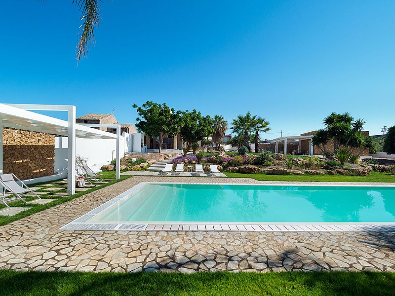 Marausa Villa Sleeps 6 with Pool Air Con and WiFi - 5812501, location de vacances à Guarrato