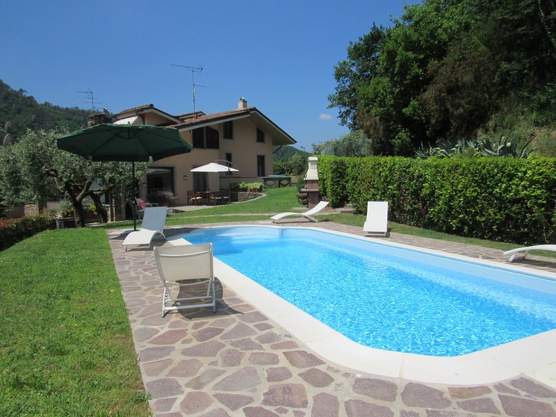 An indipendent villa with private pool on the hills near Lucca, Tuscany, holiday rental in Gugliano