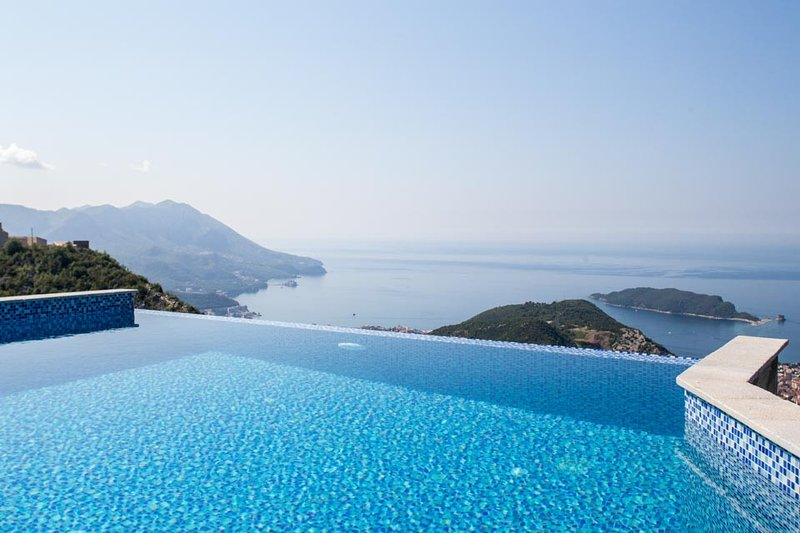 Villa Adriatic Horizonte With Private Pool and Sea View in Budva, alquiler de vacaciones en Municipio de Budva
