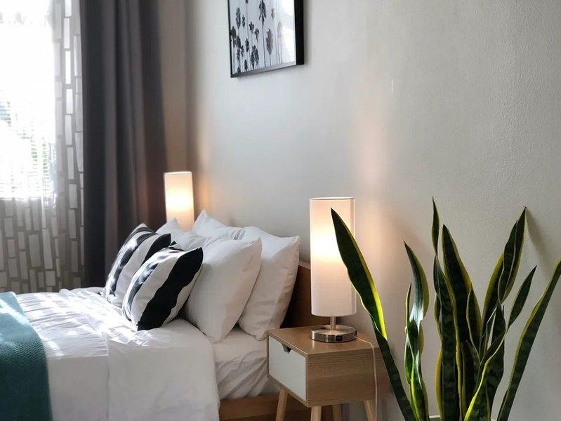 Clean Master Bedroom near LAX on the beachside of Playa Del Rey, own bath, alquiler vacacional en El Segundo