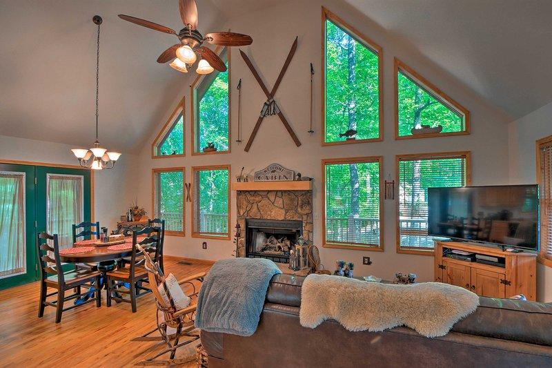 ¡Disfruta de las Montañas Humeantes desde la comodidad de esta cabaña rústica pero pulida!