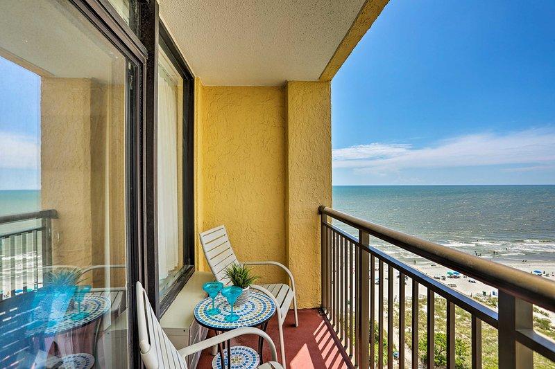 Questo noleggio ti invita a sorseggiare margarita sul balcone privato sulla spiaggia!