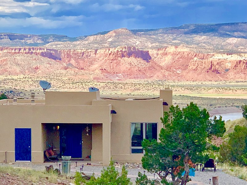 ABIQUIU LAKE: Luxury home with 360 views, hot tub, a/c, WiFi, Cable, and more!, location de vacances à Abiquiu