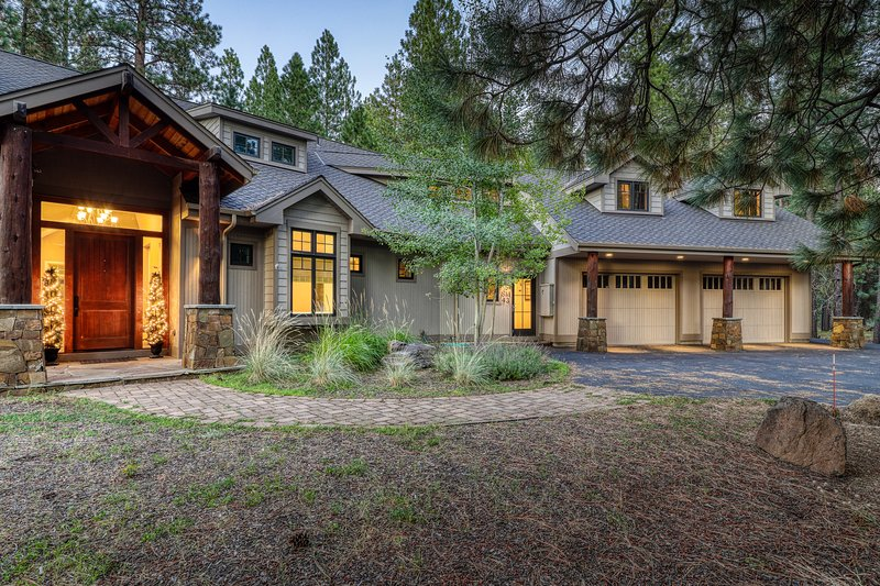 Spacious home w/ a shared pool, hot tub, sports courts, fireplaces, & much more!, location de vacances à Central Oregon