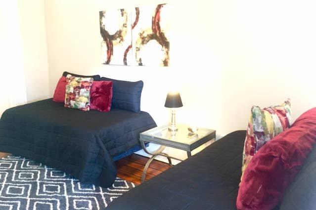 Invece di un divano letto scomodo, abbiamo due letti singoli come divani nel soggiorno !!!