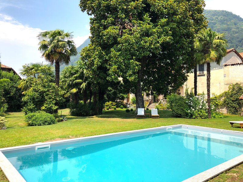 Villa Galli, with its heated swiming pool and lovely garden near lake Maggiore, vacation rental in Orino