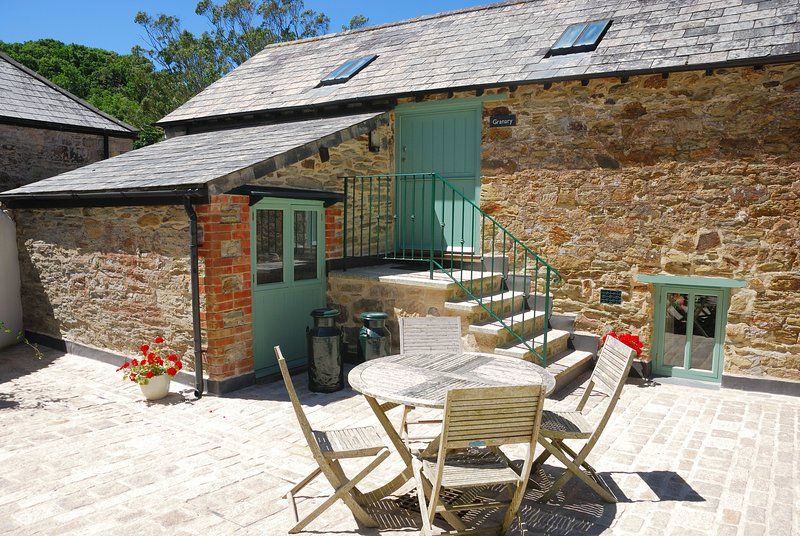 Granary 4* barn by a sunny courtyard - in a sheltered valley near the N Coast, casa vacanza a St Newlyn East