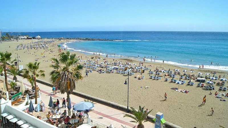 GREAT APARTMENT GUESTHOUSE DOUBLE CONFORT ROOM, holiday rental in Los Cristianos