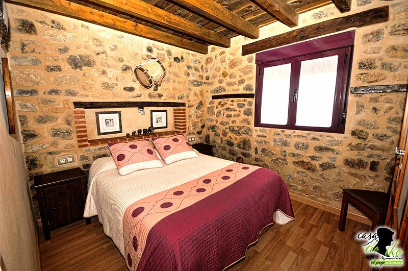 Nice house in El Payo & Wifi, holiday rental in Cadalso