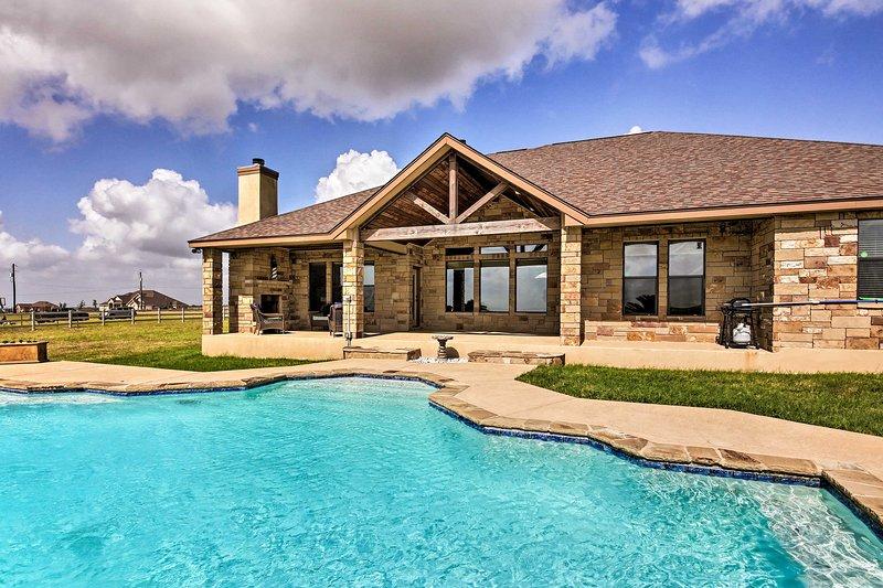 Tome sus flotadores y una bebida para descansar en la piscina.
