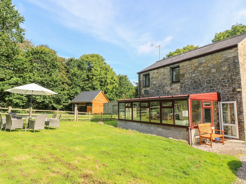 AVALLON, detached, WiFi, pet-friendly, in seven acres of its own land near, vacation rental in St Buryan