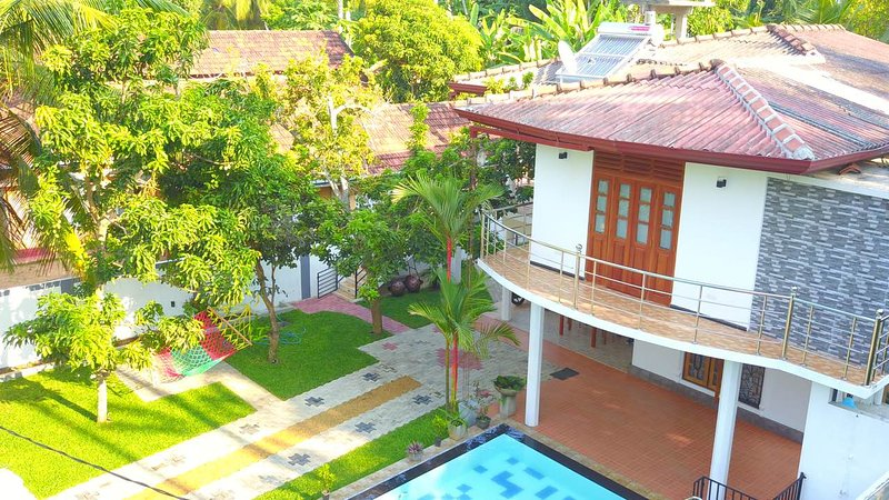 Situated in Induruwa, appox. 150 M to the beach. Nice garden and pool, holiday rental in Ahungalla