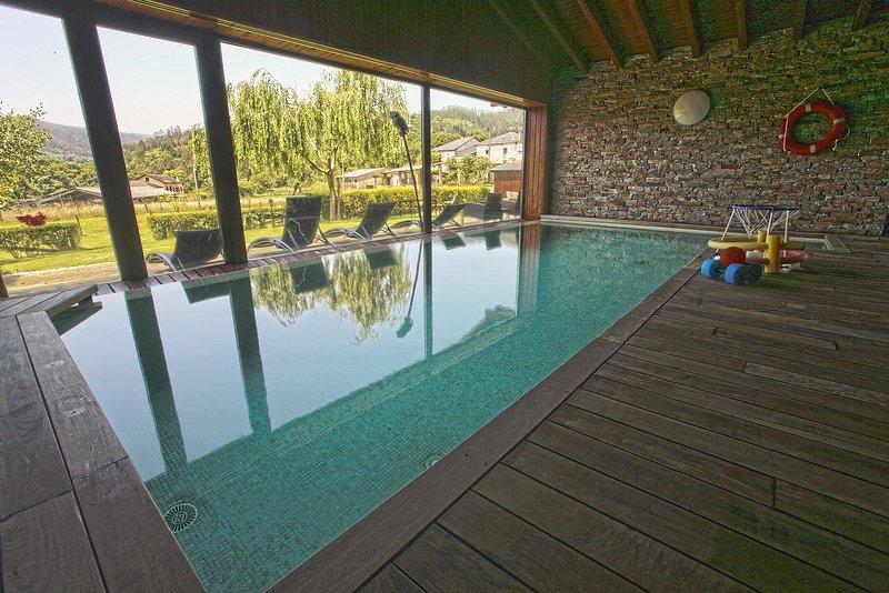 Apartamentos Rurales San Martín. Casa Ferreiro. Piscina climatizada. Jardín., holiday rental in Cadavedo