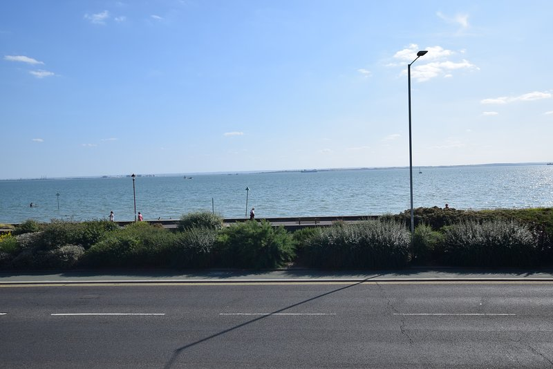 5 bedroom beach front house, Ferienwohnung in Basildon