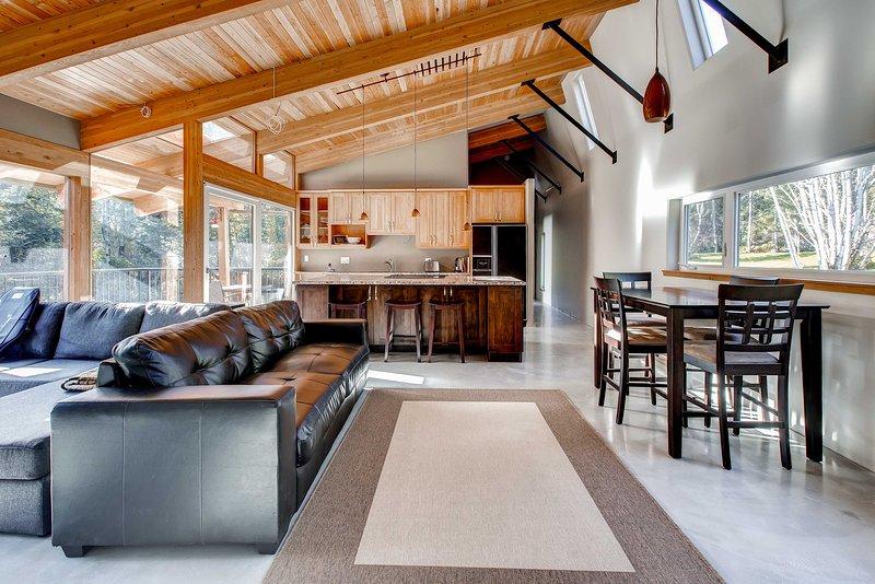 Eleva il tuo rifugio nell'isola di Vancouver con questa splendida casa vicino alla spiaggia.