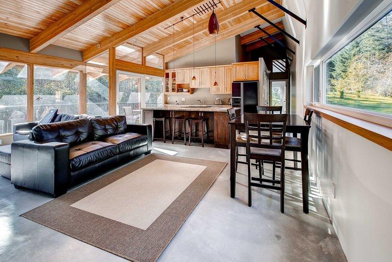 Lo spazio abitativo presenta alti soffitti a volta e finestre dal pavimento al soffitto.