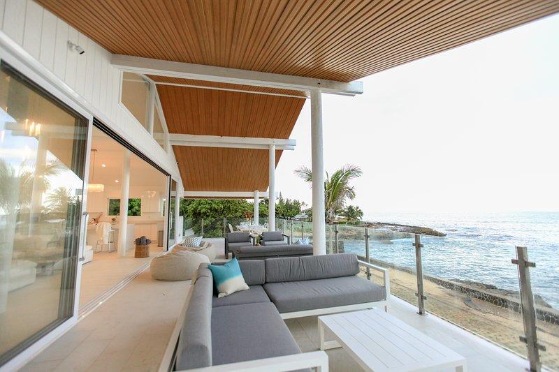 Feel the Ocean Breeze; Gorgeous view. Sandy beach steps away. Ocean front., location de vacances à Waianae