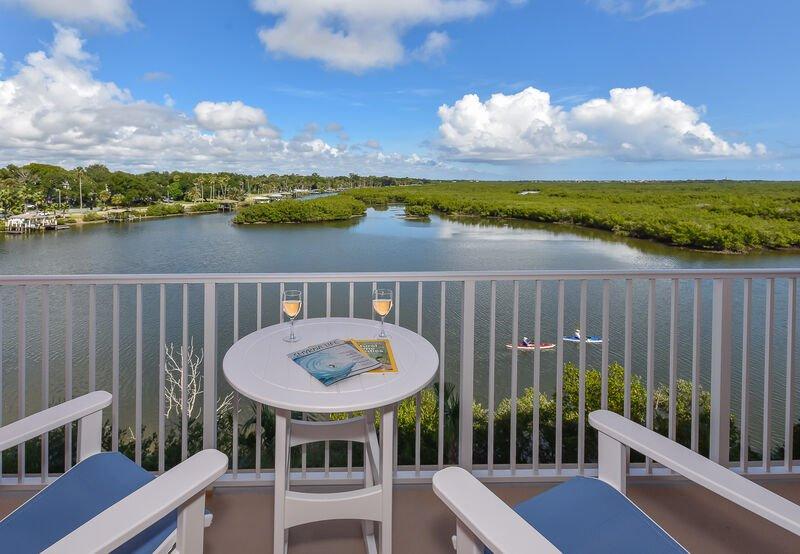Regardez les dauphins jouer depuis le balcon privé au bord de la rivière