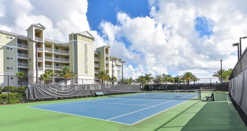 Courts de tennis éclairés.
