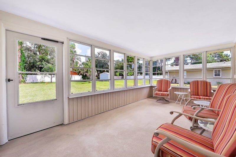 Newly updated bungalow w/ large yard only blocks to the beach!, aluguéis de temporada em Gulf Gate Branch
