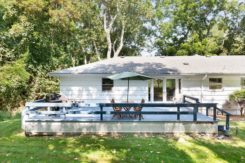 Dog-friendly house w/ a furnished deck & sunroom - near Trout Pond, location de vacances à Noyack