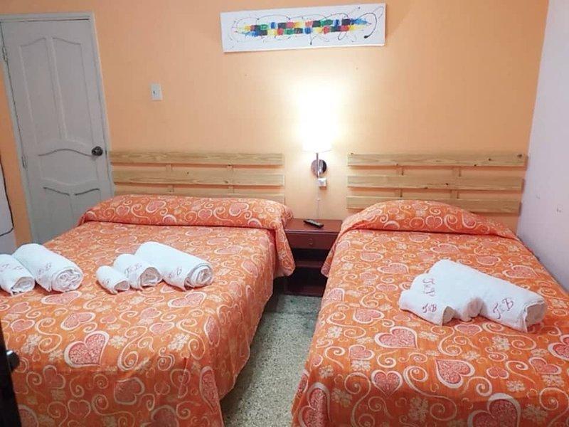 Cuarto Naranja Al piano terra con bagno privato, aria condizionata, TV LCD e frigobar.
