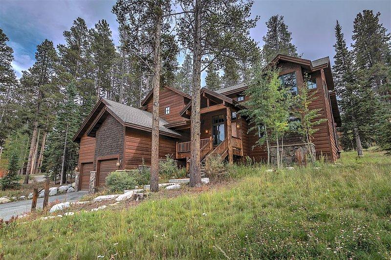 Luxury House near Peak 8 - 4BR + 3.5 Bath W/ Private Hot Tub - .5 Mile From Lift – semesterbostad i Breckenridge