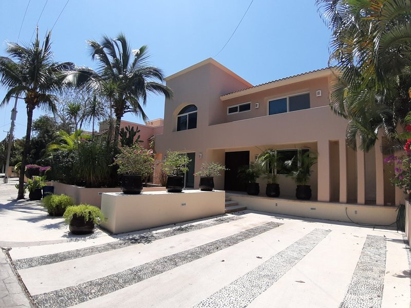 New Listing Close To Beach Sunny Spacious Villa, location de vacances à Xpu-Ha
