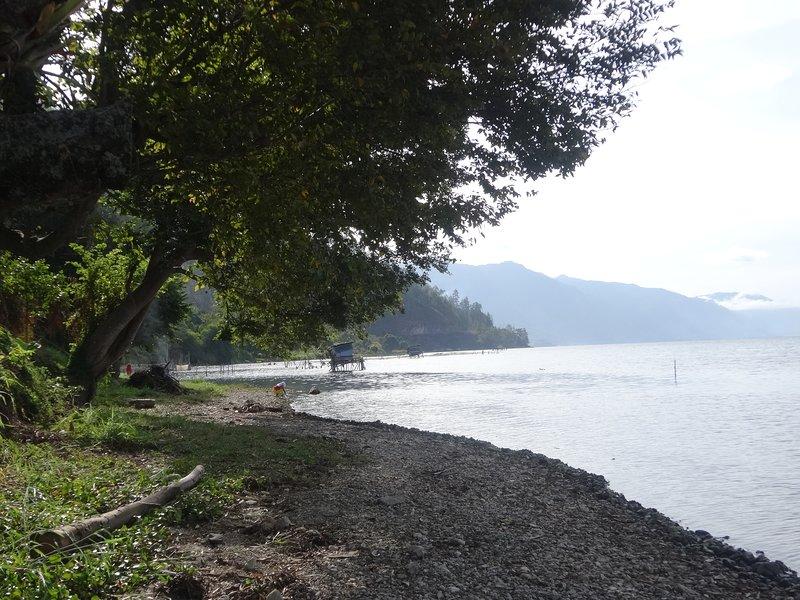rumah di pinggir danau yang menawarkan ke keindahan danau lut tawar yang asri, holiday rental in Sumatra