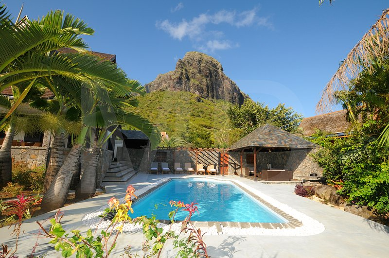 Premium Villa with pool and total privacy above the golf course of Le Morne, alquiler vacacional en Le Morne