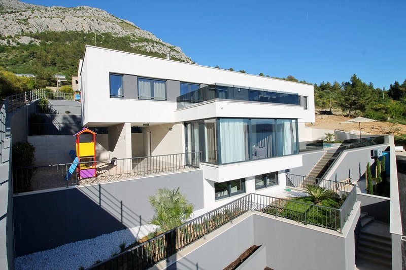 Ravnice Villa Sleeps 8 with Pool Air Con and WiFi - 5812193, holiday rental in Borak