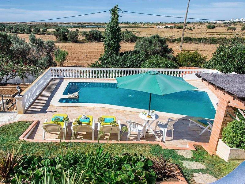 Salgados Villa Sleeps 6 with Pool and Air Con - 5812219, casa vacanza a Pera