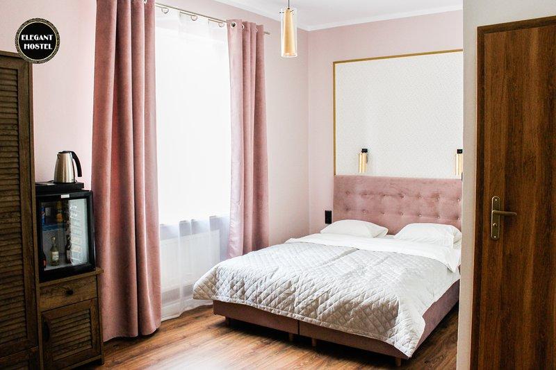 Roma Room in Elegant Hostel & Apartments, holiday rental in Poznan
