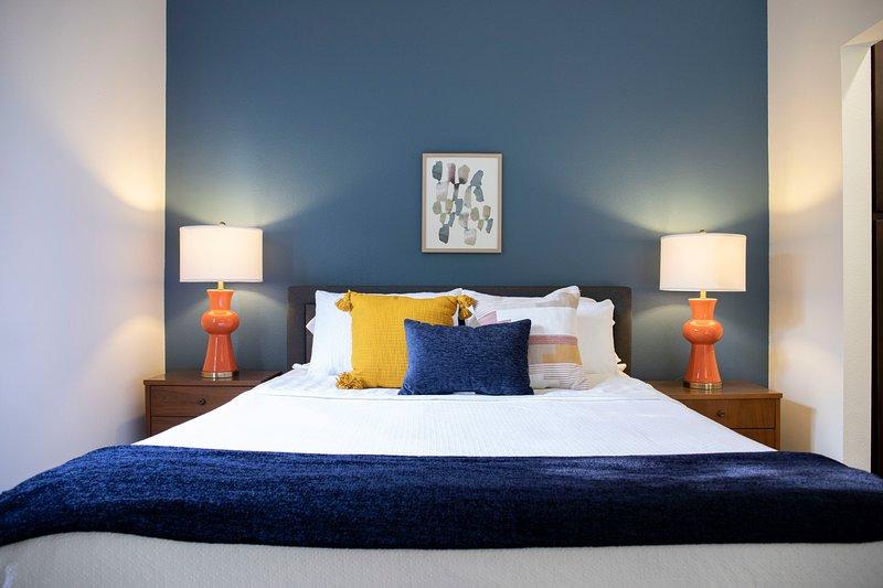 Detta lugna sovrum har dekorerats med lyxiga sängkläder för att ge dig bästa komfort.