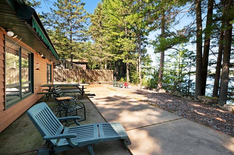 Family-friendly waterfront lodge w/ dock, firepit & outdoor sauna barrel!, location de vacances à Lake Tomahawk