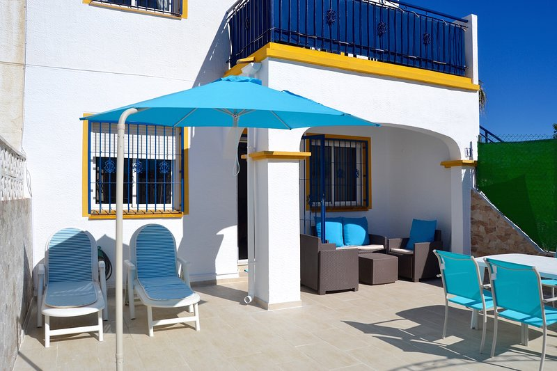 Ground floor holiday home with sunny terrace, location de vacances à El Chaparral