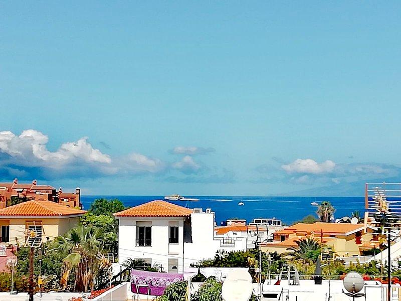 Property with sea views, huge terrace, close beach, location de vacances à Palm-Mar