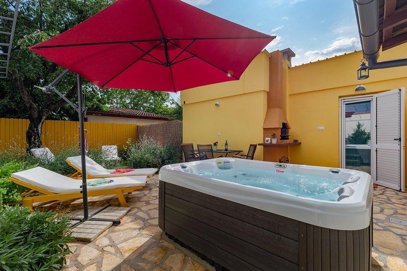 App for 2-4 people, garden with hot tub & terrace, parking, 3 km to Poreč/beach., location de vacances à Porec