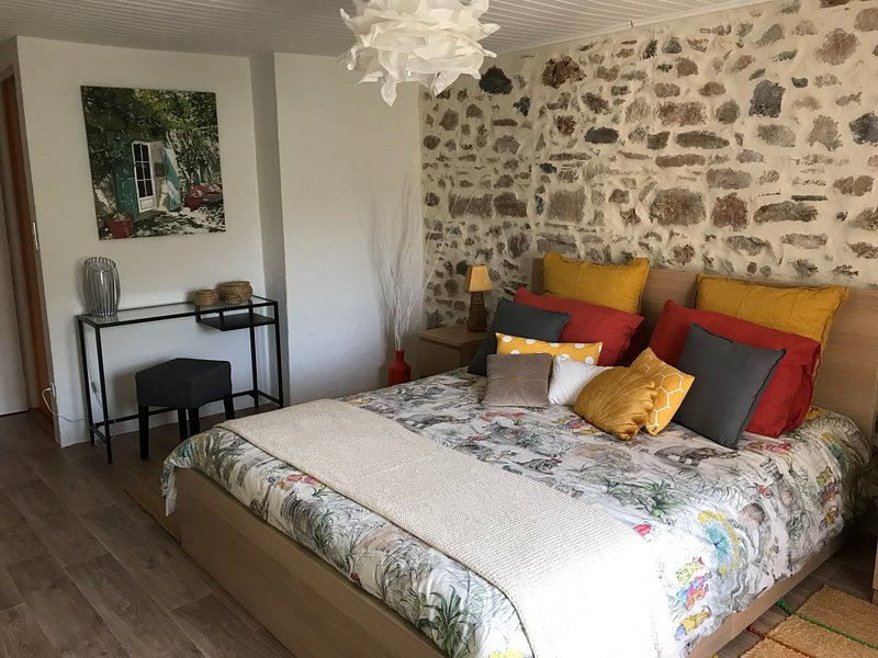Les terres Sauvages du Salagou Gîte de charme 60m2 avec jardin  pour 2 personnes, holiday rental in Cabrieres