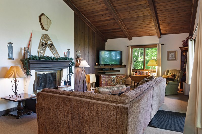 Dog-friendly home with stunning views & balcony, near Cannon Mountain!, holiday rental in Sugar Hill