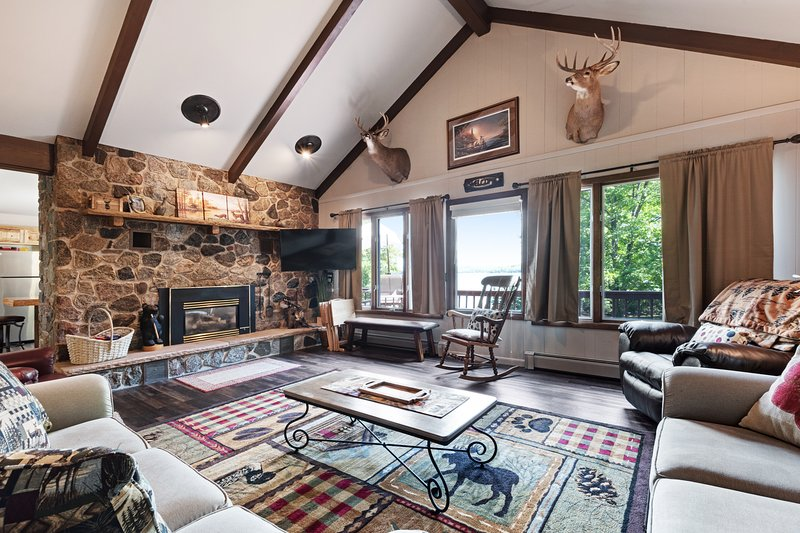 Newly remodeled lake home w/panoramic views & private swimming area, location de vacances à Presque Isle