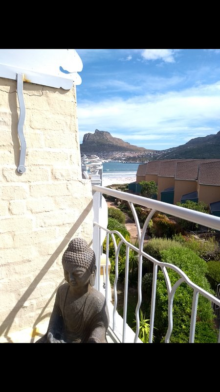 Beach living with sea and mountain views, holiday rental in Hout Bay