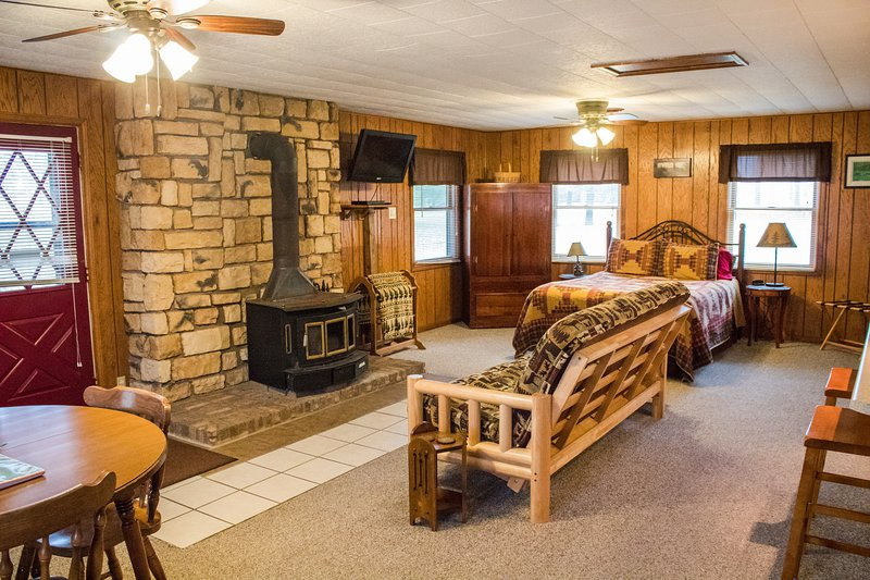 Kishauwau Cabins near Starved Rock Utica IL Bridge, vacation rental in Utica
