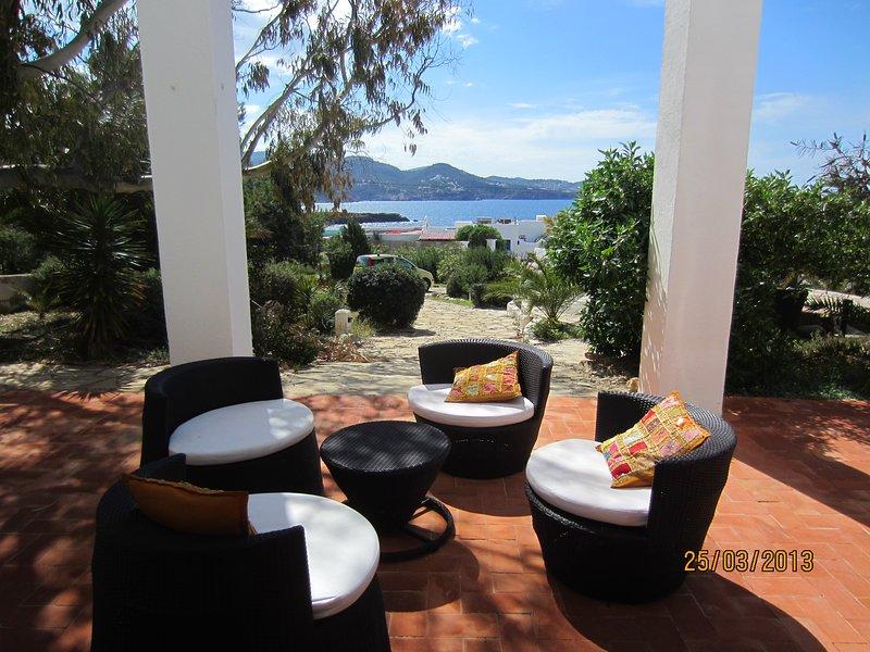 Atractiva villa con espectaculares vistas al mar y la isla de Es Vedra., holiday rental in Cala Comte
