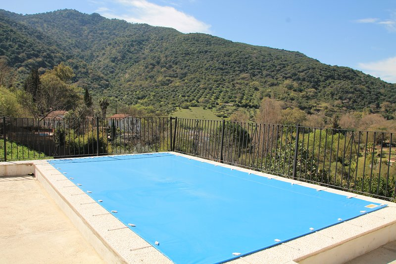 Big villa with swimming-pool & Wifi, location de vacances à Benamahoma