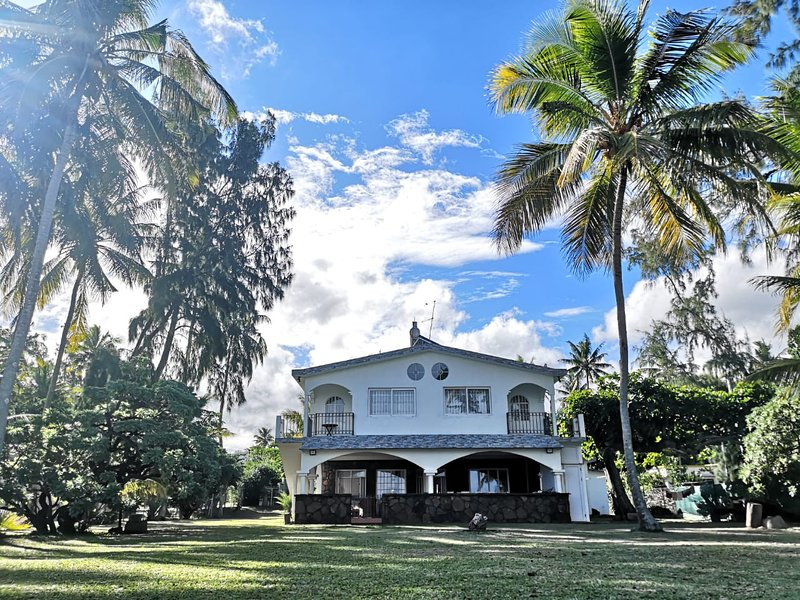 Mauritius beachfront Villa Karel with magnificent beach views, location de vacances à Riambel