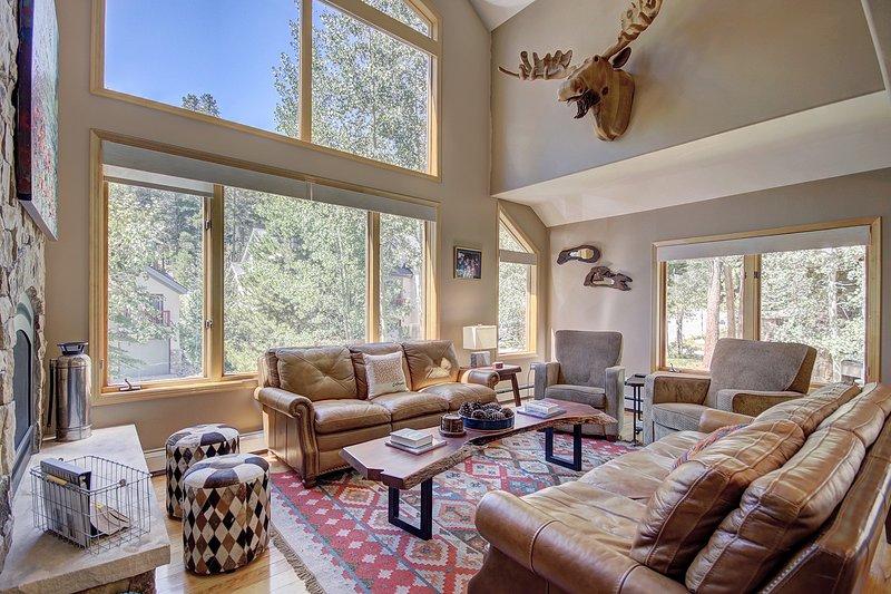 Soggiorno con ampie finestre per godere della vista sulla foresta