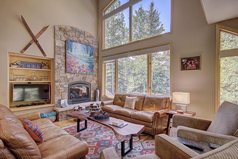 Lussuoso soggiorno con soffitti a soppalco e finestre dal pavimento al soffitto